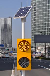 ソーラーパネルを利用した信号機の写真素材 [FYI00285367]
