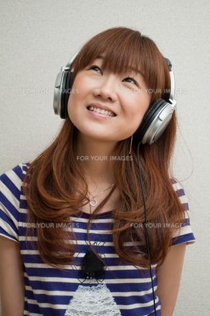 音楽を聴く若い女性の写真素材 [FYI00285368]