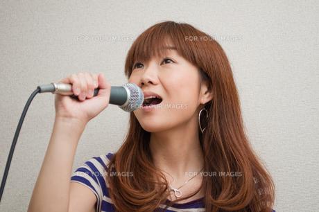 歌う若い女性の写真素材 [FYI00285374]