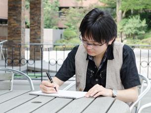 書き物をする若い男性の写真素材 [FYI00285375]