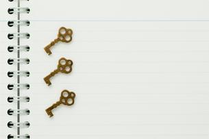 ノートの上の鍵の写真素材 [FYI00285377]