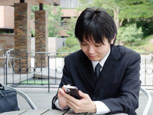 スマートフォンと若い男性の写真素材 [FYI00285378]