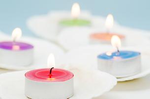貝殻の上の蝋燭の写真素材 [FYI00285379]