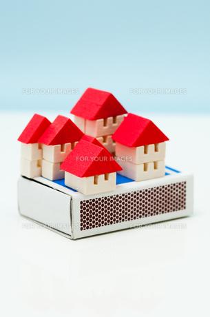 マッチ箱の上の積木の家の写真素材 [FYI00285387]