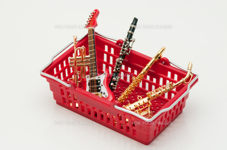 買物篭の中の楽器の写真素材 [FYI00285398]