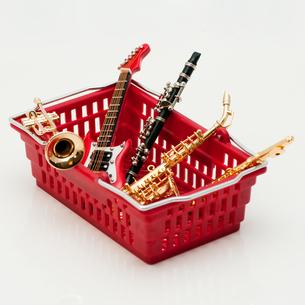 買物篭の中の楽器の写真素材 [FYI00285401]