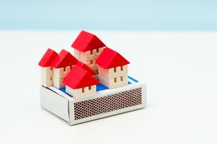 マッチ箱の上の積木の家の写真素材 [FYI00285441]