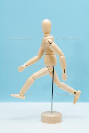 走る人形の写真素材 [FYI00285489]