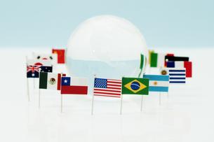 地球の周りのカラフルな旗の写真素材 [FYI00285523]