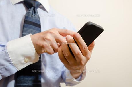 ビジネスマンとスマートフォンの写真素材 [FYI00285582]