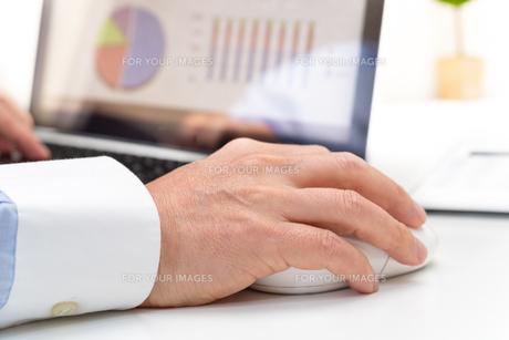 マウスを持つ手の写真素材 [FYI00285592]