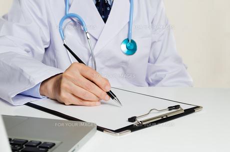 処方箋を書く医者の写真素材 [FYI00285596]