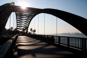 湾岸に架かる木橋の写真素材 [FYI00285914]