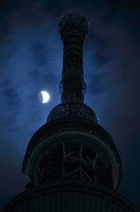 月食の夜に浮かぶ塔の写真素材 [FYI00285925]