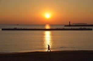 浜辺を歩く人の写真素材 [FYI00285944]