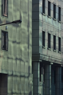 反射光に色付くビルの写真素材 [FYI00285949]