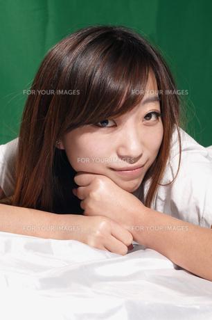 笑顔の若い女性の写真素材 [FYI00287585]
