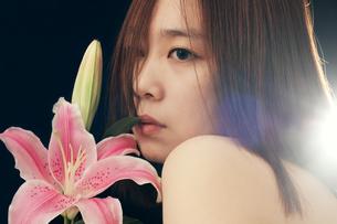 花と女の写真素材 [FYI00287587]