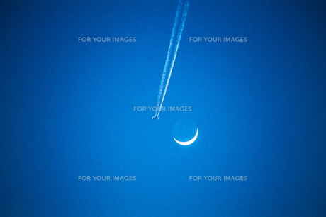 月と飛行機雲の写真素材 [FYI00287628]