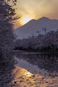 岩木山と夕日の写真素材 [FYI00287651]
