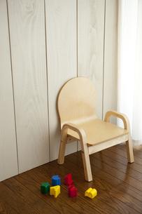 子どものイスとおもちゃの写真素材 [FYI00289497]