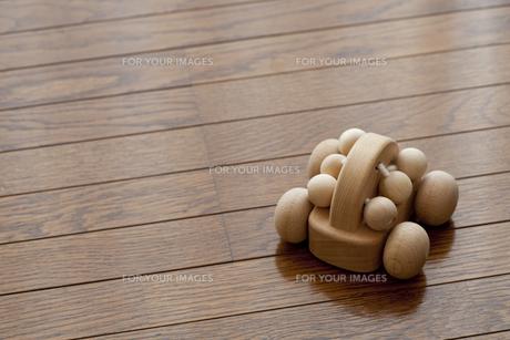 フローリングと木のくるまの写真素材 [FYI00289535]