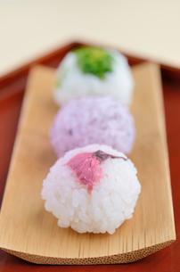 手毬寿司(桜の花の塩漬け・ゆかり・菜の花の塩漬け)の写真素材 [FYI00289716]