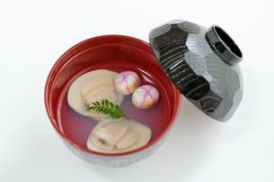 縁起物としてのハマグリのお吸い物(貝1つに身2つ)の写真素材 [FYI00289752]