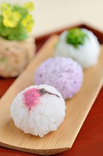手毬寿司(桜の花の塩漬け・ゆかり・菜の花の塩漬け)の写真素材 [FYI00289753]