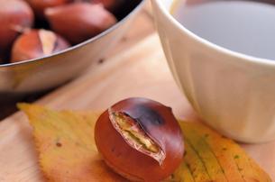 焼き栗とコーヒーの写真素材 [FYI00289754]