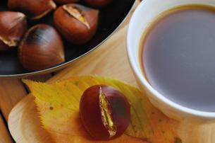 焼き栗とコーヒーの写真素材 [FYI00289755]