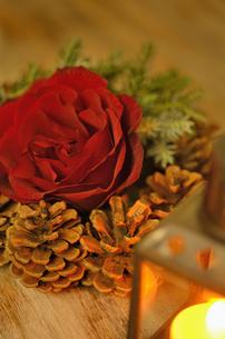 薔薇のアレンジメントとランタンの明かりの写真素材 [FYI00289758]