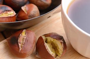 焼き栗とコーヒーの写真素材 [FYI00289765]