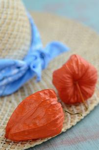 ホオズキと麦わら帽子の写真素材 [FYI00289801]