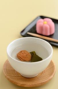 正月の福茶と和菓子の写真素材 [FYI00289840]