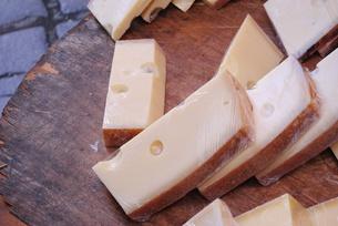 ドイツの市場で見たチーズの写真素材 [FYI00289914]