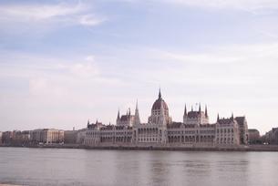ブダペスト ドナウ川沿いの国会議事堂の写真素材 [FYI00289917]