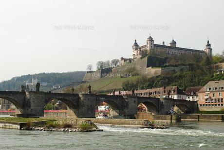 ヴュルツブルク マリエンベルク要塞とアルテ・マイン橋の写真素材 [FYI00289956]