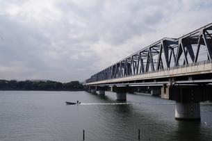 鉄橋と釣船の写真素材 [FYI00290357]