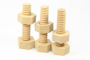 木製のボルトとナットの写真素材 [FYI00290883]