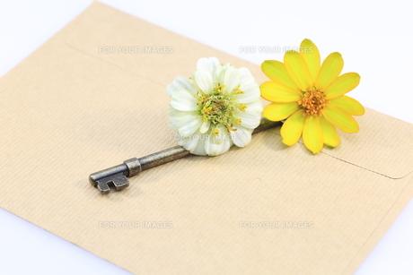 封筒と鍵の素材 [FYI00290884]