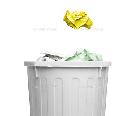 ゴミ箱と紙屑の写真素材 [FYI00290943]
