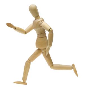 走るポーズする木製人形の写真素材 [FYI00291492]