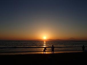 海夕景とカメラマンの写真素材 [FYI00297248]