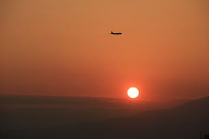 落日飛行の写真素材 [FYI00297379]