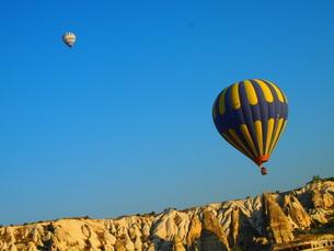 気球の飛ぶカッパドキアの風景の写真素材 [FYI00298459]