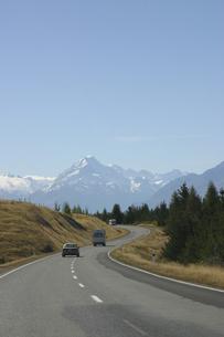 マウントクックに向かう道路の写真素材 [FYI00298501]