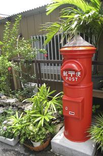 赤いポストの写真素材 [FYI00298538]