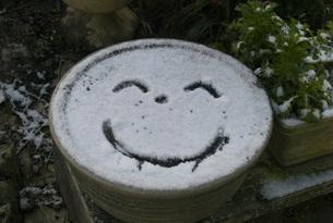 雪の中のスマイルの写真素材 [FYI00298557]