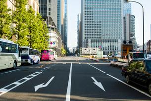 東京駅前道路の写真素材 [FYI00299521]
